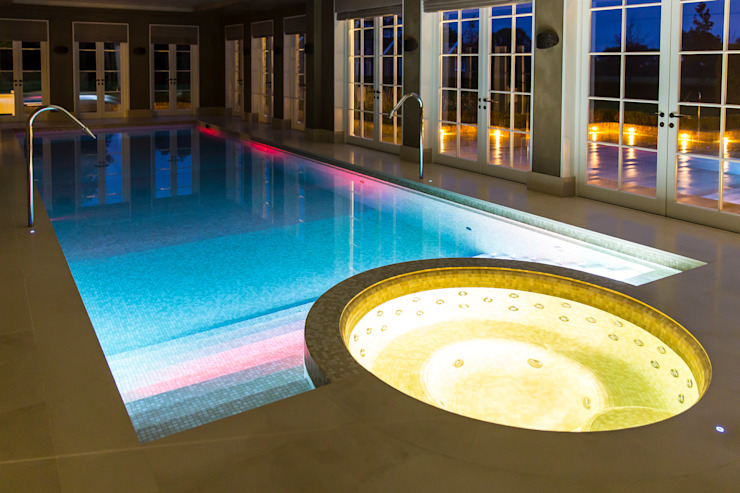 Luxury basement pool and integrated spa par London Swimming Pool Company Moderne Béton