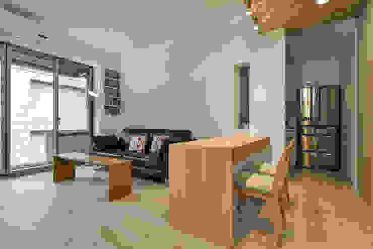 小空間就要有大彈性 Modern Dining Room by 王采元工作室 Modern