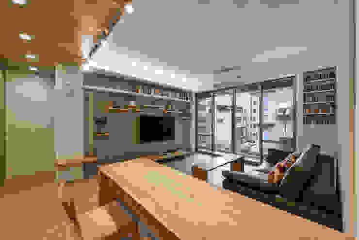 廚房看餐客廳 Modern Living Room by 王采元工作室 Modern