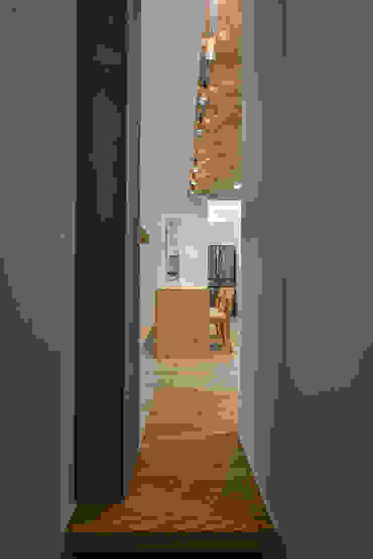 進主臥前一瞥 Modern Corridor, Hallway and Staircase by 王采元工作室 Modern