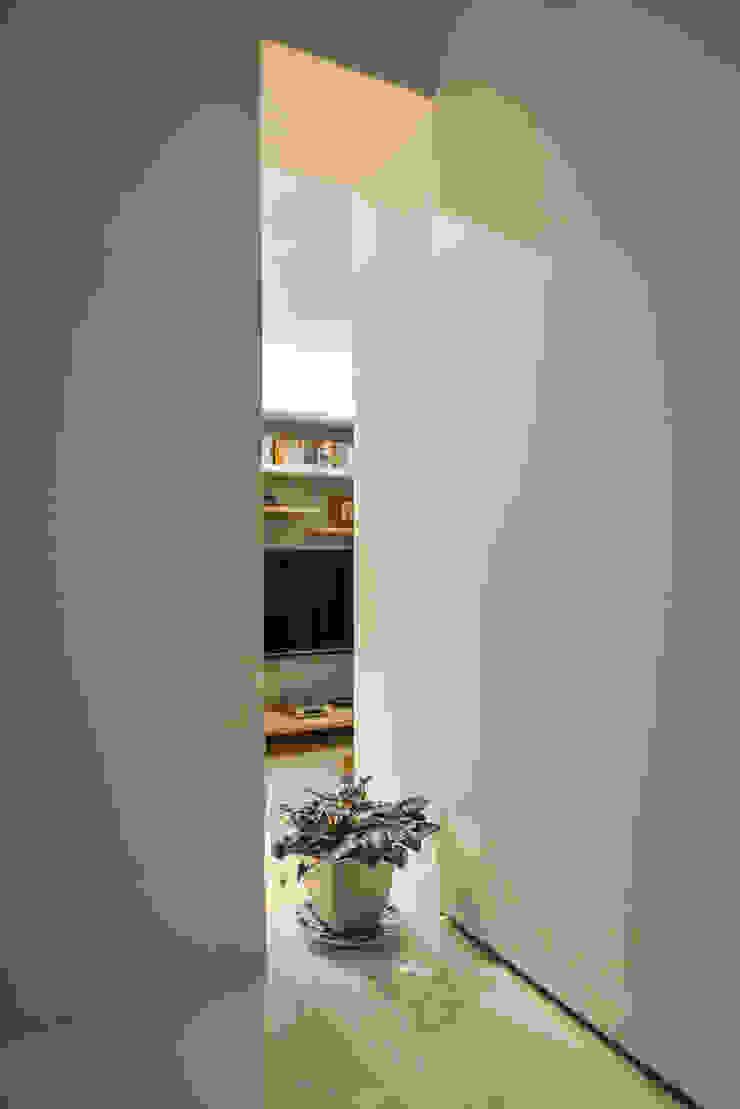 靜謐 Modern Corridor, Hallway and Staircase by 王采元工作室 Modern