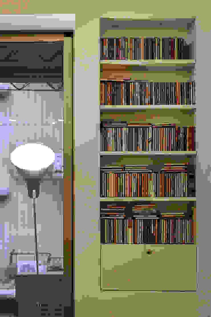 沙發旁的CD小架也成為美麗的一景 Modern Living Room by 王采元工作室 Modern