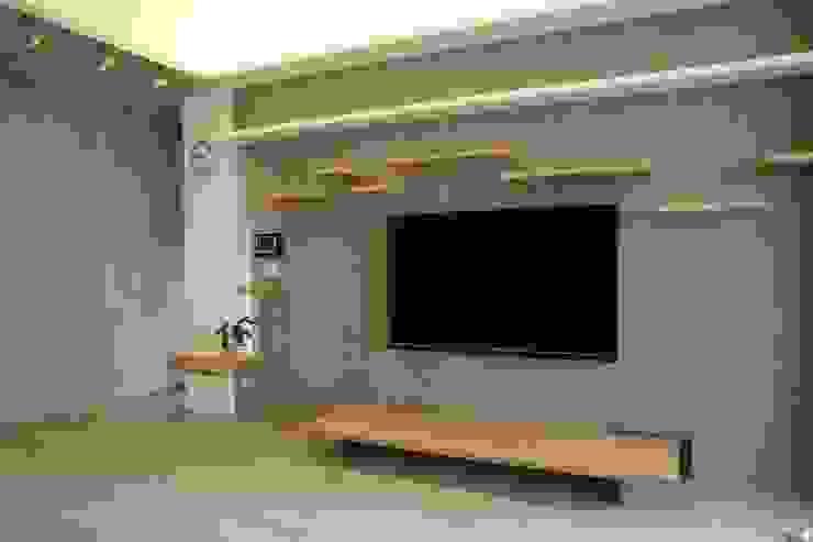 客廳主牆 现代客厅設計點子、靈感 & 圖片 根據 王采元工作室 現代風