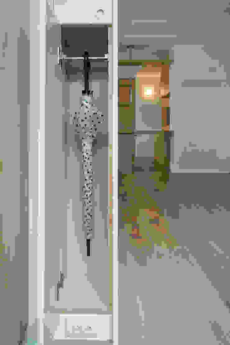 入口牆色櫃 現代風玄關、走廊與階梯 根據 王采元工作室 現代風