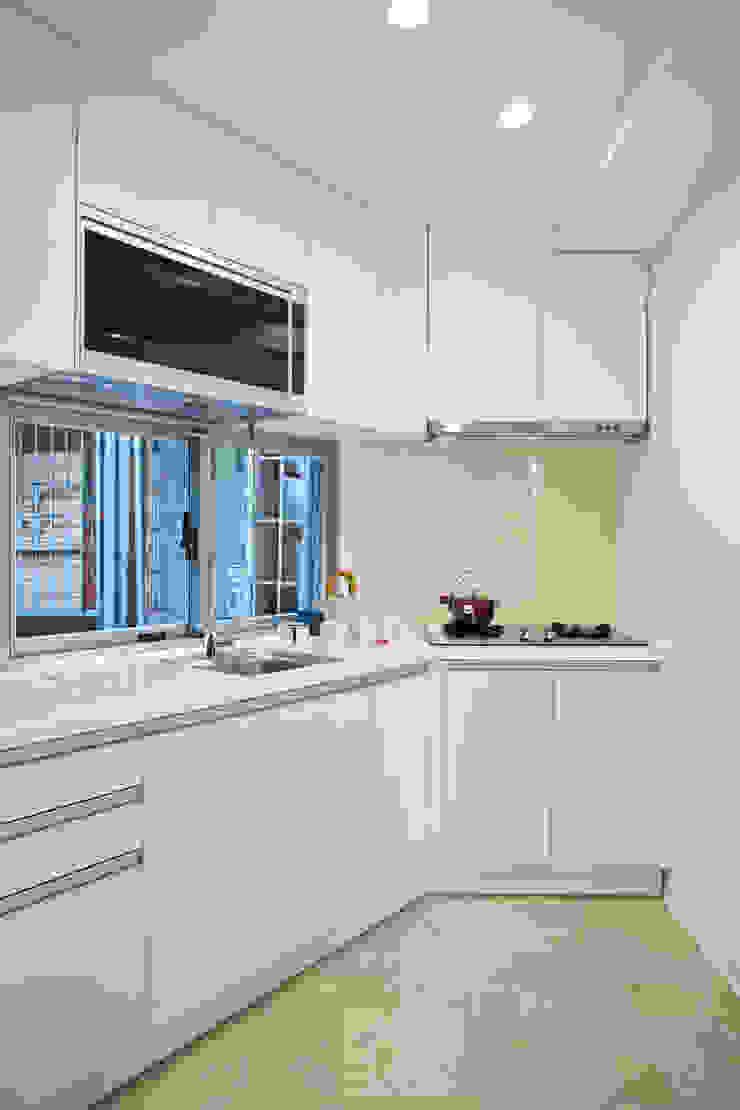 廚房一角 現代廚房設計點子、靈感&圖片 根據 王采元工作室 現代風
