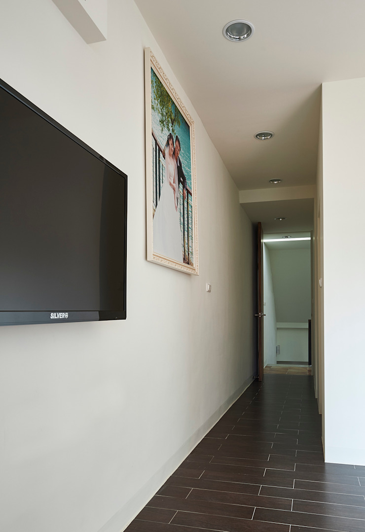 Minimalist corridor, hallway & stairs by 瑞瑩室內裝修設計工程有限公司 Minimalist
