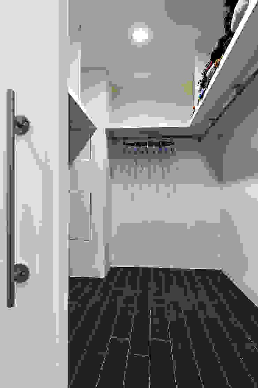 Minimalist dressing room by 瑞瑩室內裝修設計工程有限公司 Minimalist
