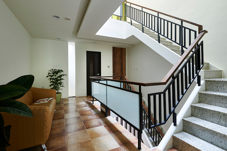 Corridor & hallway by 瑞瑩室內裝修設計工程有限公司,