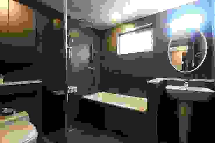 다크 그레이 욕실 컨트리스타일 욕실 by (주)디엘건축 컨트리