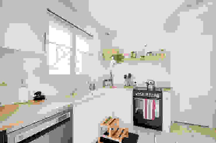 Aménagement d'une cuisine dans une maison en location Dame Cafoutch Éléments de cuisine Contreplaqué Blanc
