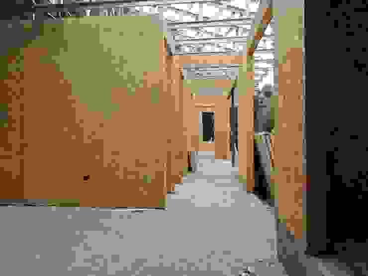 pasillo interior Pasillos, halls y escaleras rurales de ATELIER3 Rural