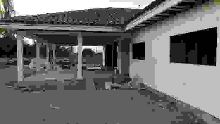 acceso terraza Casas de estilo rural de ATELIER3 Rural