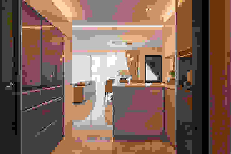 Design & Build: Melrose Condominium Modern kitchen by erstudio Pte Ltd Modern