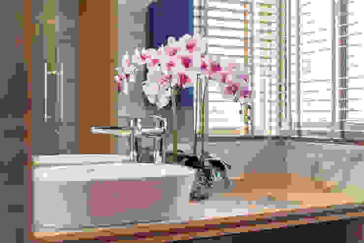 Design & Build: Melrose Condominium Modern bathroom by erstudio Pte Ltd Modern