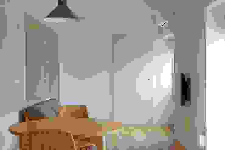 Salon moderne par ピークスタジオ一級建築士事務所 Moderne