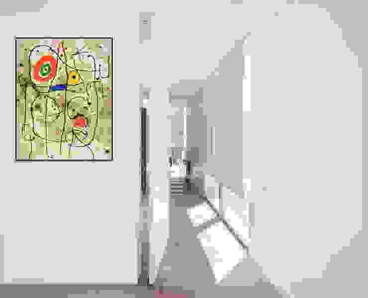 Puerta de ingreso a vivienda. con medidas y proporciones descomunales, junto con las puertas interiores que acompañan el diseño moderno y extraordinario del ingreso. de Maretich Aberturas de Madera Moderno Madera Acabado en madera