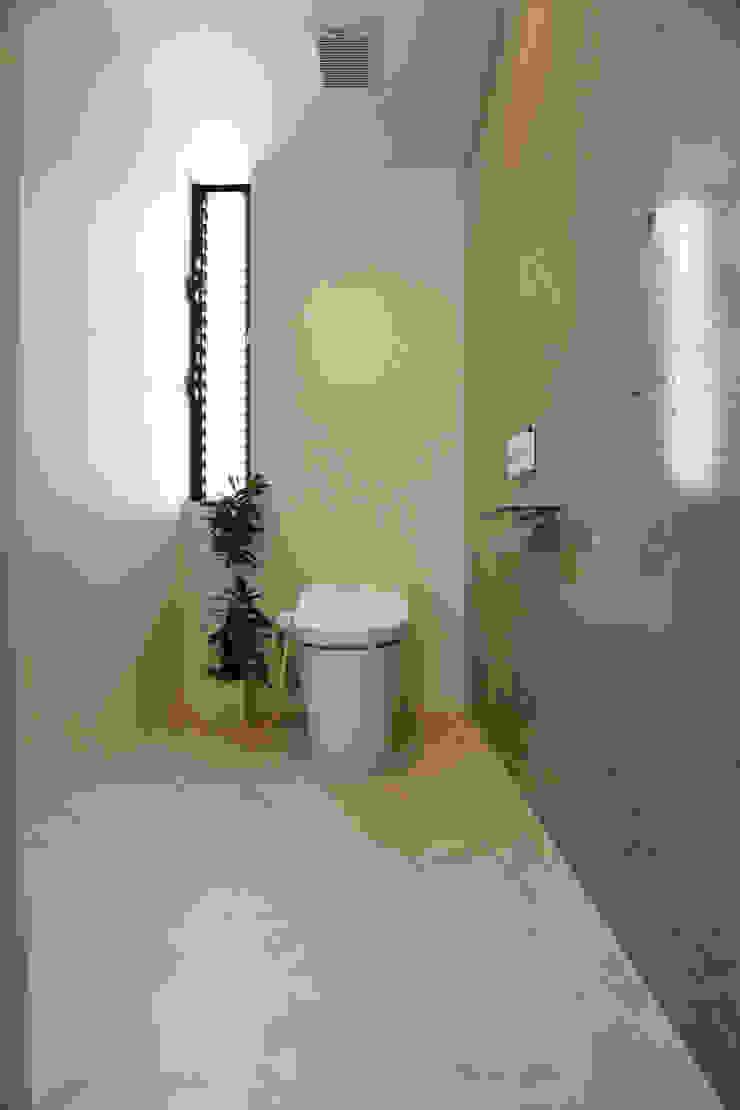 2階 トイレ: Style Createが手掛けた現代のです。,モダン コンクリート
