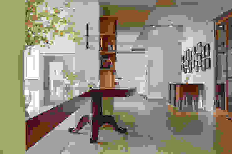 迎賓雙弧 隨意取材風玄關、階梯與走廊 根據 王采元工作室 隨意取材風