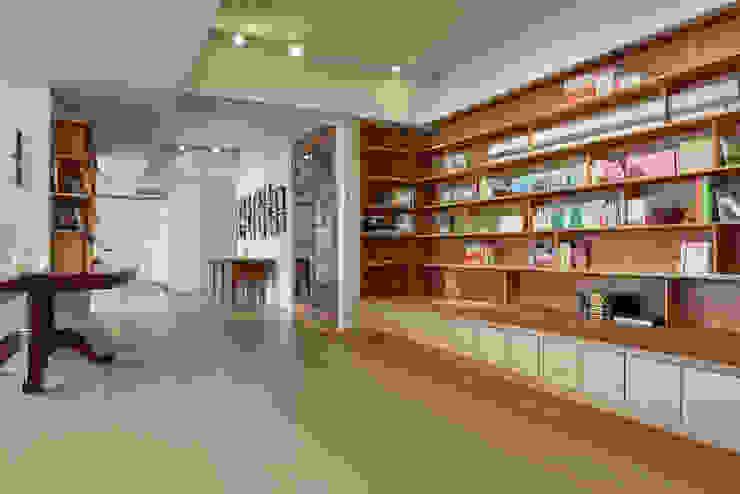 稍待片刻噢 隨意取材風玄關、階梯與走廊 根據 王采元工作室 隨意取材風