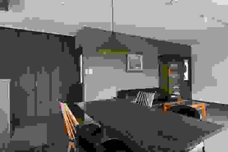 Modern dining room by coil松村一輝建設計事務所 Modern