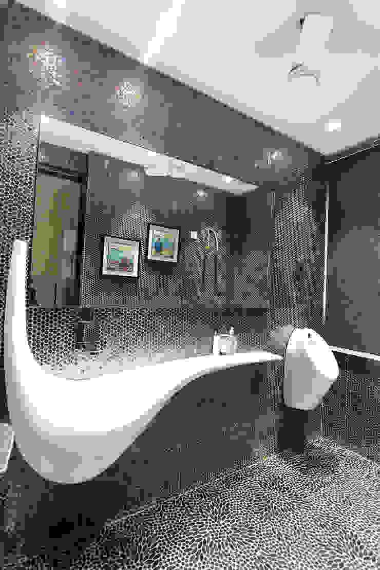 Árhat Villa Modern bathroom by Conarch Architects Modern