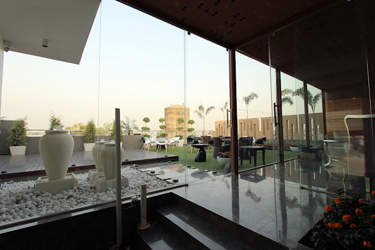Árhat Villa Modern balcony, veranda & terrace by Conarch Architects Modern