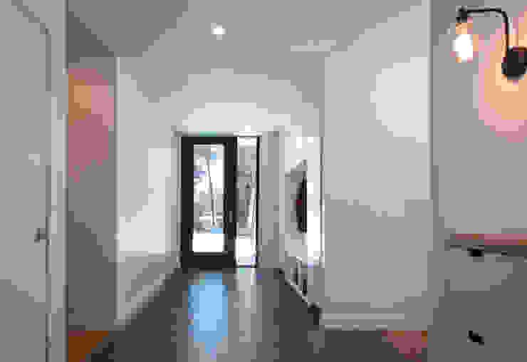 Entranceway Solares Architecture Modern corridor, hallway & stairs