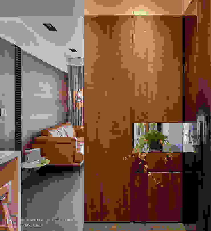 12 坪木質小公寓 現代風玄關、走廊與階梯 根據 SECONDstudio 現代風 實木 Multicolored