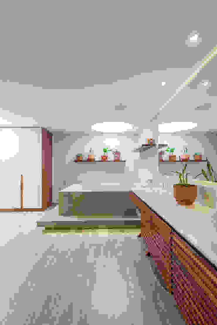 Salle de bain classique par ARCE S.A.S Classique Bois composite