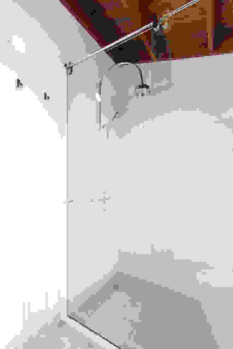 Sotileza Baños de estilo moderno de ARCE S.A.S Moderno Concreto