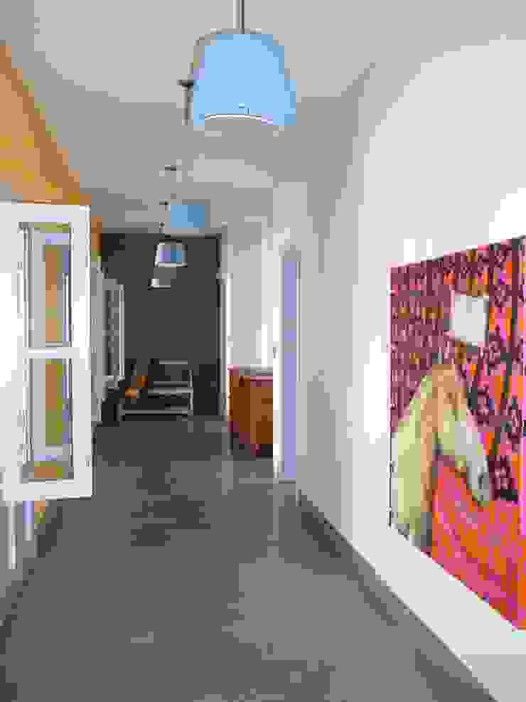 カントリースタイルの 玄関&廊下&階段 の Estudio Dillon Terzaghi Arquitectura - Pilar カントリー コンクリート