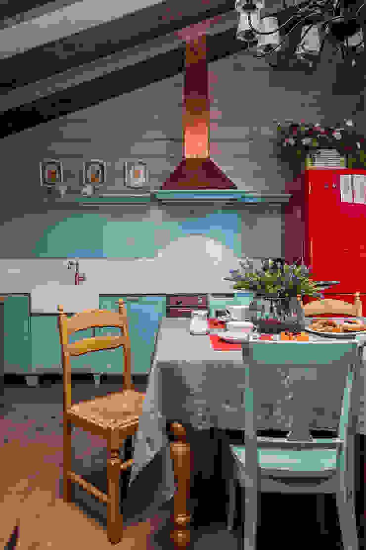 Cocinas de estilo rural de 'Студия дизайна Марины Кутеповой' Rural Madera Acabado en madera