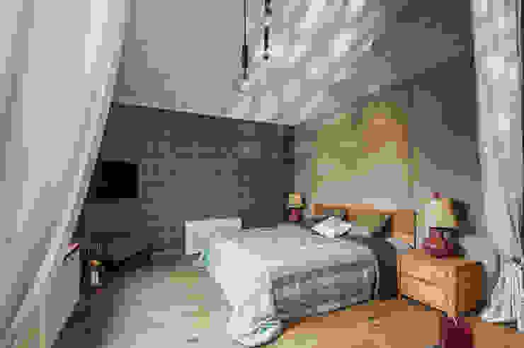 Dormitorios de estilo rural de 'Студия дизайна Марины Кутеповой' Rural Madera Acabado en madera