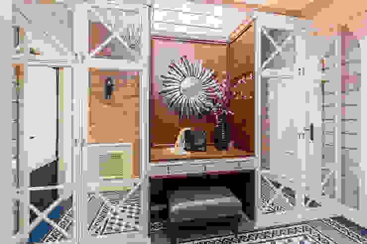 Pasillos, halls y escaleras rurales de 'Студия дизайна Марины Кутеповой' Rural Madera Acabado en madera