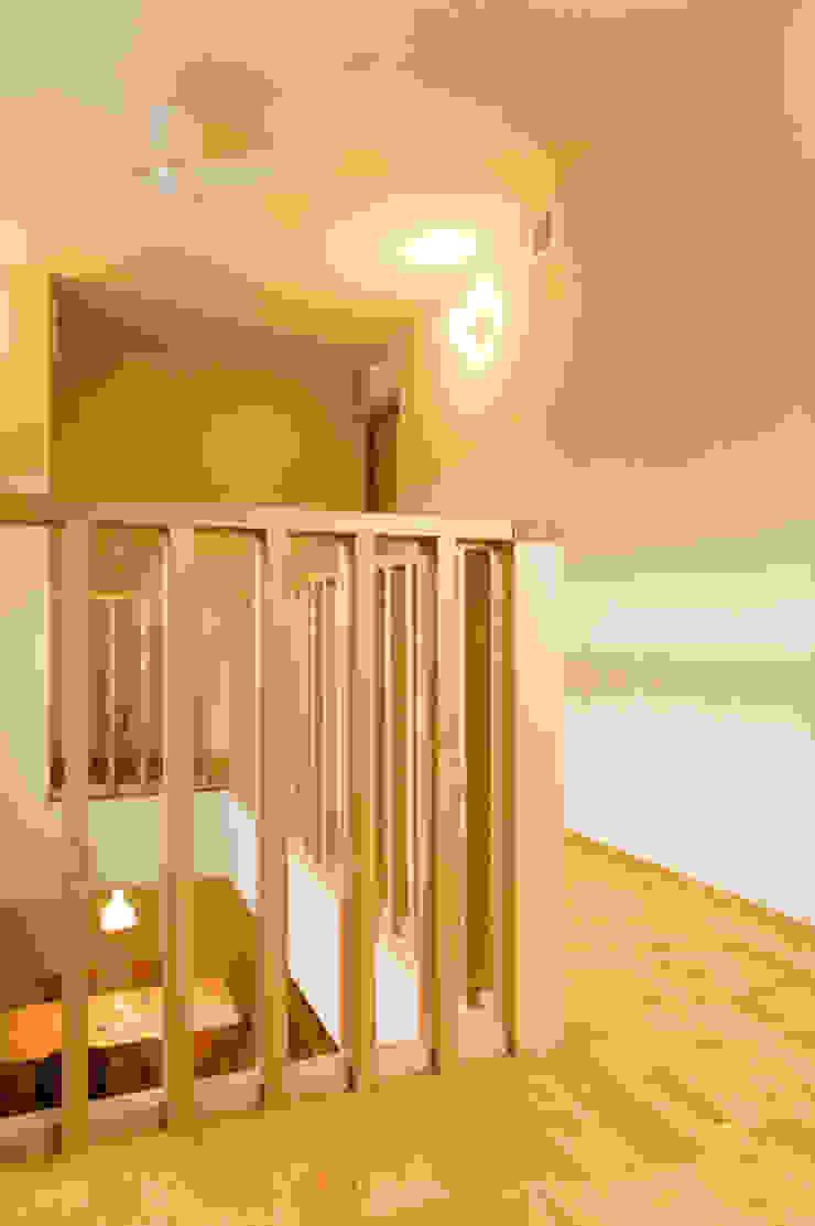 ห้องโถงทางเดินและบันไดสมัยใหม่ โดย 株式会社山口工務店 โมเดิร์น ไม้จริง Multicolored