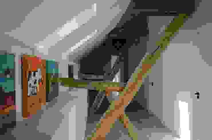 乡村风格的走廊,走廊和楼梯 根據 Ontwerpbureau Op den Kamp 鄉村風