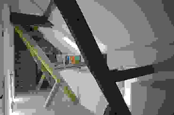 工業風的玄關、走廊與階梯 根據 Ontwerpbureau Op den Kamp 工業風