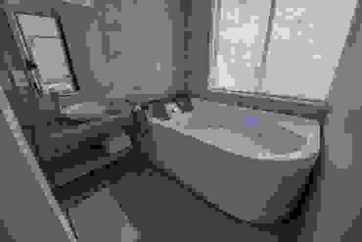 baño Baños de estilo moderno de construcciones y soluciones integrales s.a.s Moderno Cerámico