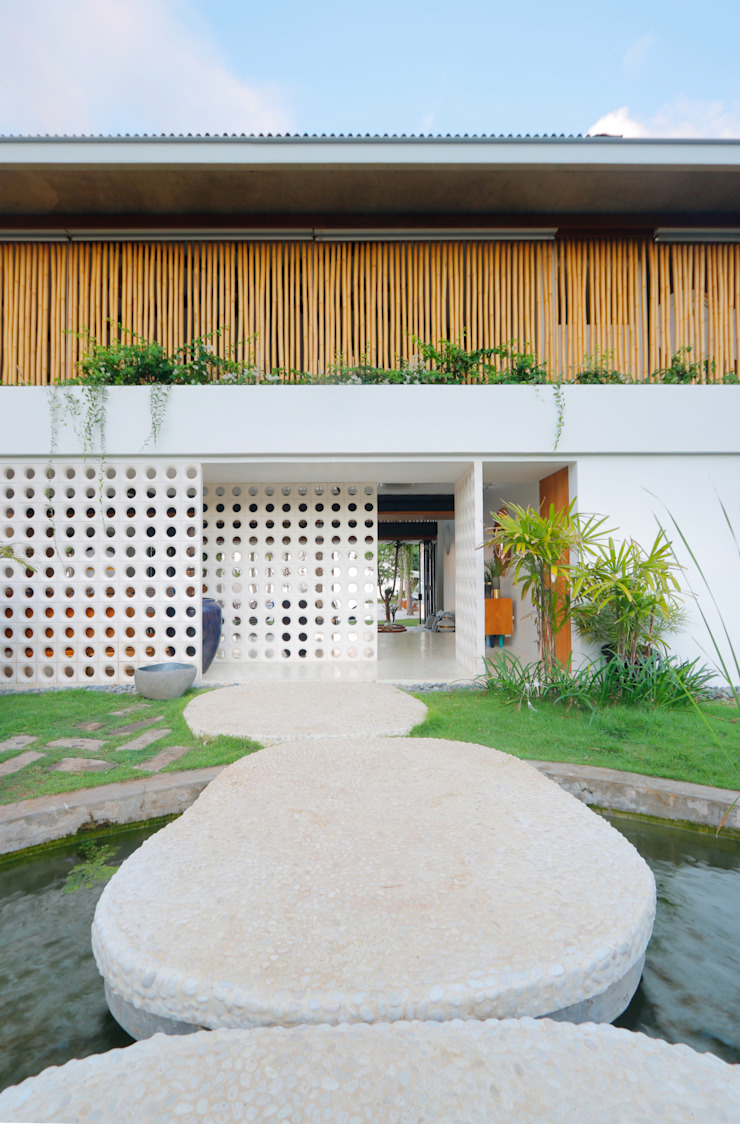 Seascape Villa Entrance Tropical style houses by Word of Mouth House Tropical