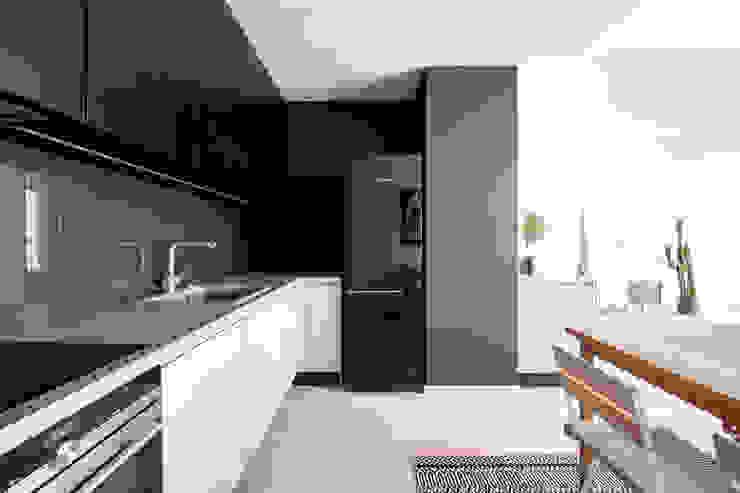 Встроенные кухни в . Автор – Baltic Design Shop, Скандинавский Дерево Эффект древесины