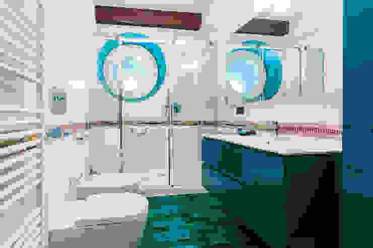 bagno contemporaneo Bagno in stile tropicale di ADIdesign* studio Tropicale Ceramica