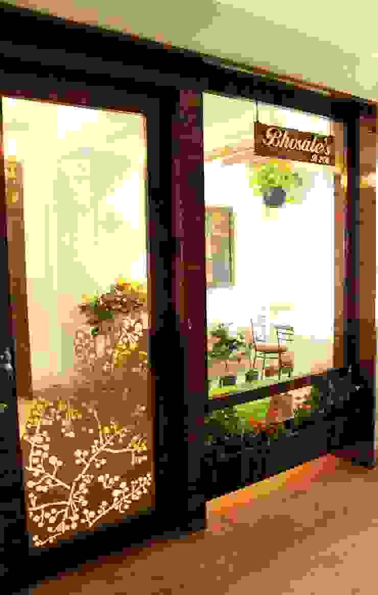Dezinebox Puertas y ventanas de estilo moderno
