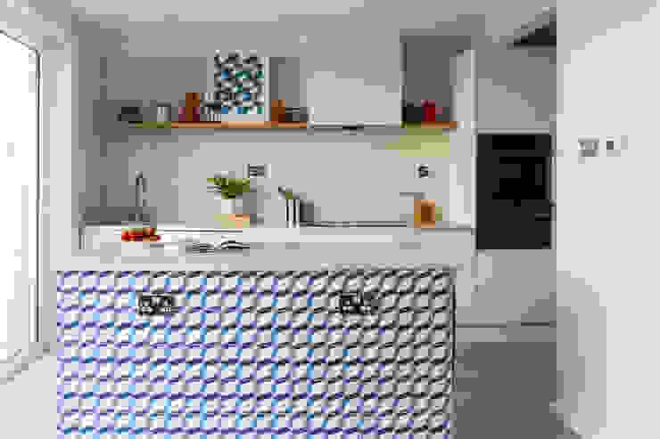 Sixties Townhouse モダンな キッチン の Imperfect Interiors モダン