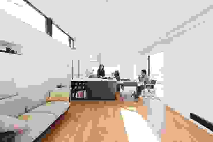 3階の子世帯リビング ミニマルデザインの リビング の 石川淳建築設計事務所 ミニマル