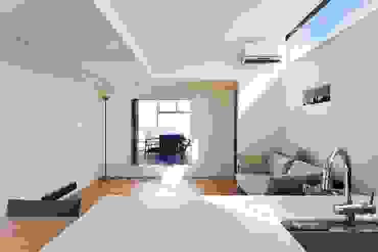 ルーフバルコニーへつながるリビング ミニマルデザインの リビング の 石川淳建築設計事務所 ミニマル
