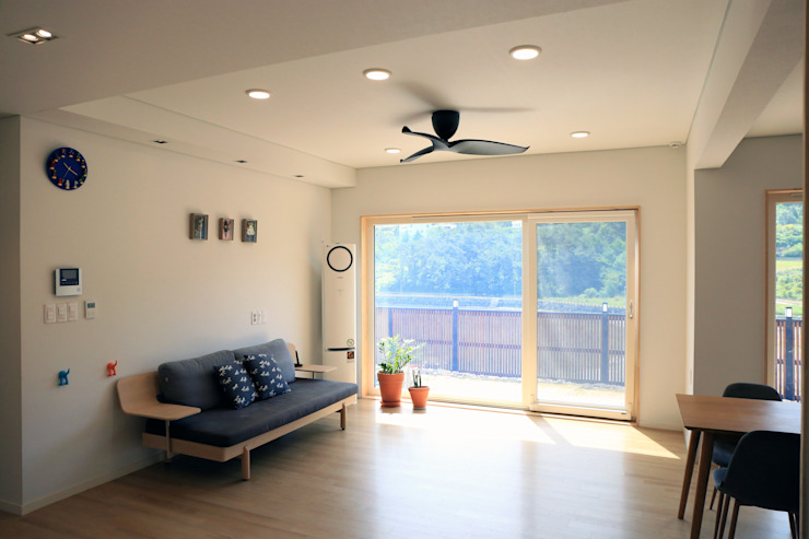Country style living room by (주)디엘건축 Country