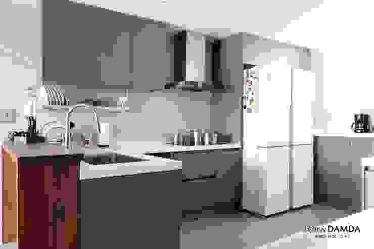 Modern kitchen by 디자인담다 Modern