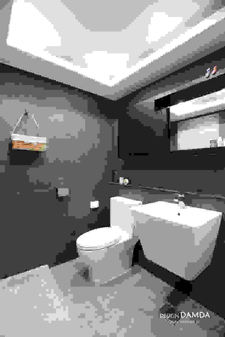 판교산운마을9단지 _ 기본적이지만 모던한 다크그레이 욕실 모던스타일 욕실 by 디자인담다 모던