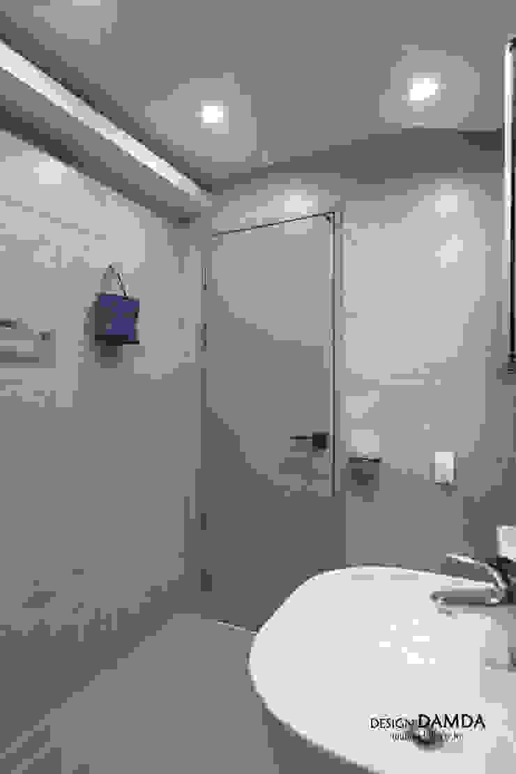 판교산운마을9단지 _ 아늑하고 따뜻한 부부욕실 모던스타일 욕실 by 디자인담다 모던