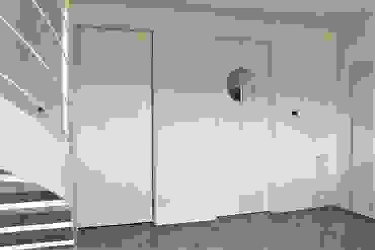 HBstudio Modern Corridor, Hallway and Staircase White
